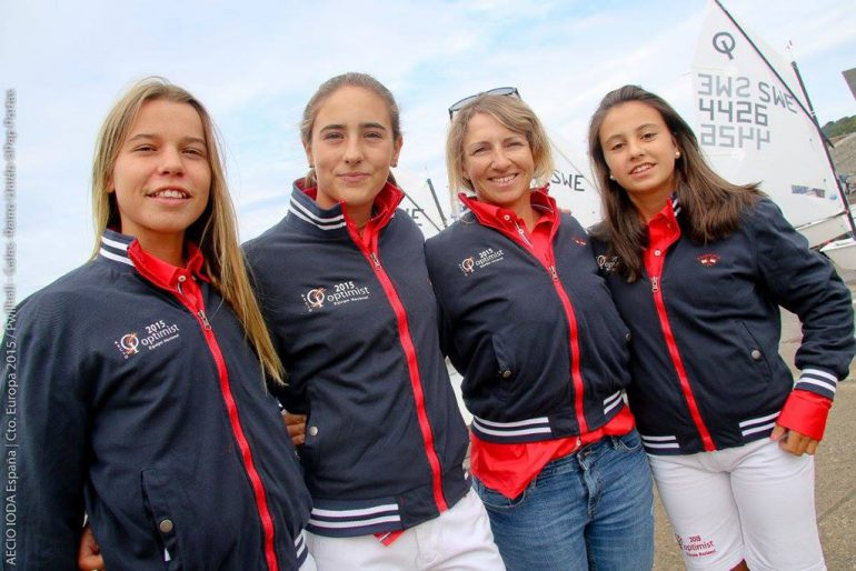 Julia Miñana con las chicas del equipo español