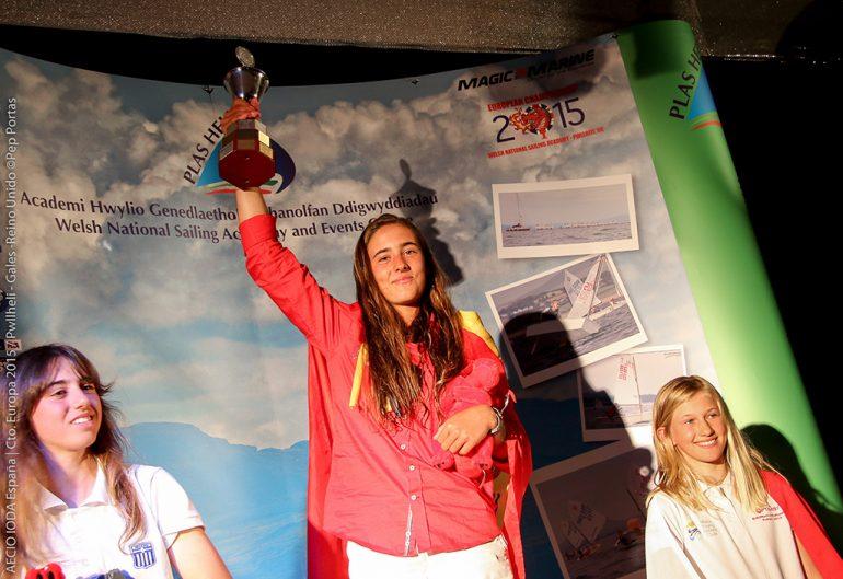 La regatista del Club Náutico Jávea en el podium. Foto; Pep Portas.