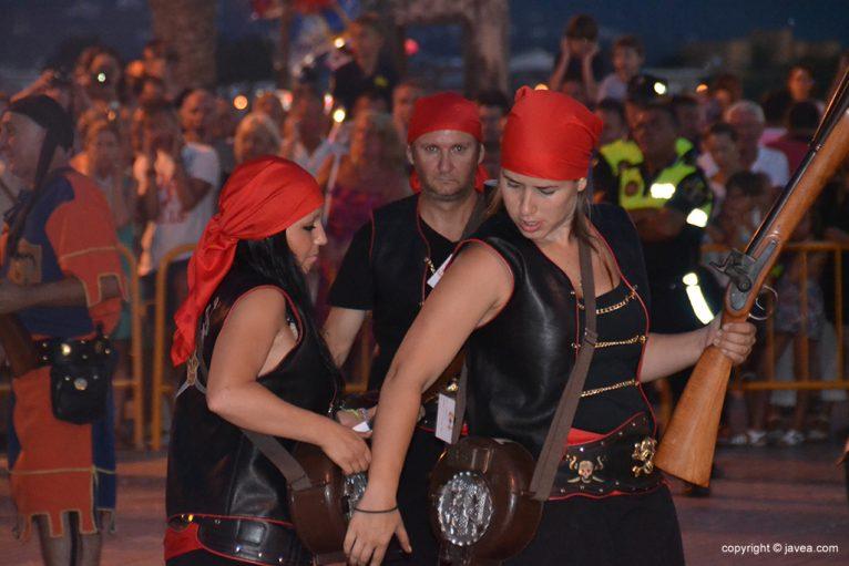 Las tropas cristianas cargando sus trabucos