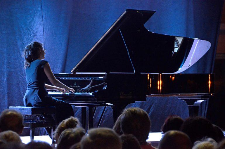 Marta Espinos tocando el piano