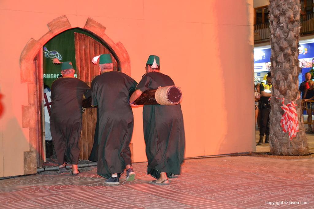 Moros abriendo la puerta del castillo