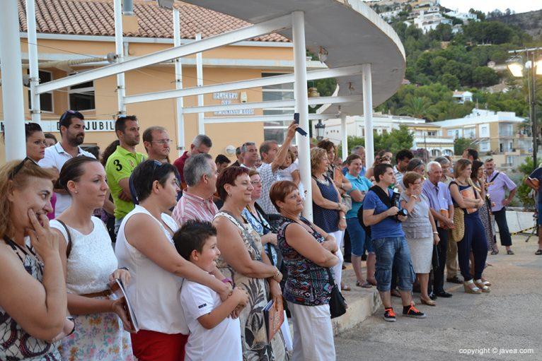 Público congregado en la Casa del Pescador