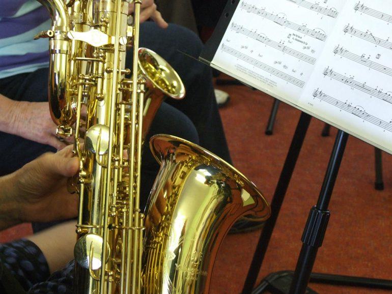 Saxofón en una sesión de jazz