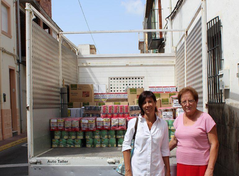 Serafina Bolufer y Jacinta Pastor con el camión de alimentos