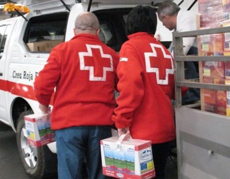 Voluntarios de Cruz Roja recogiendo alimentos