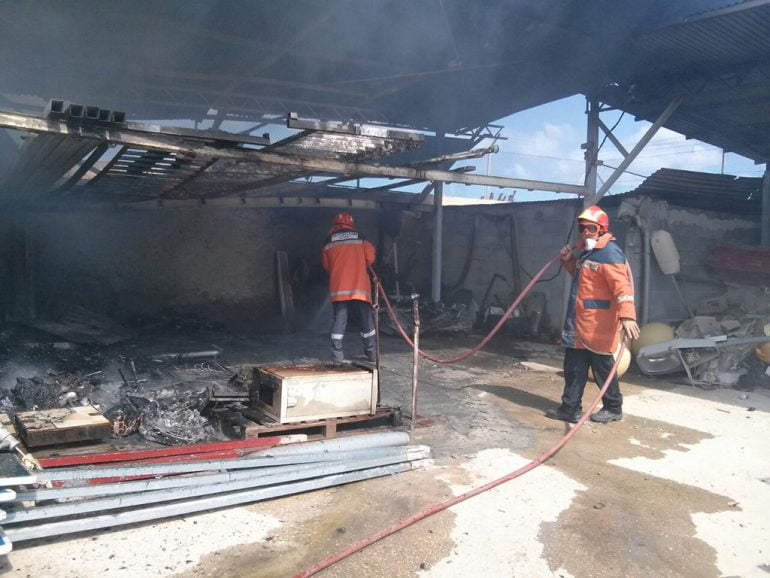 Bomberos en el almacen municipal incendiado