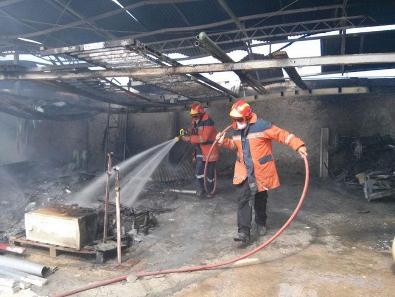 Bomberos sofocando las llamas en el almacen municipal de Xàbia