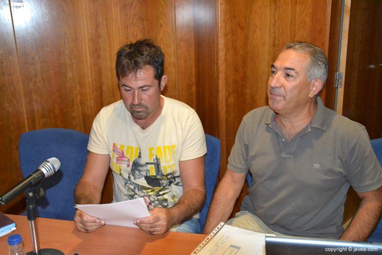 David Tiscar leyendo documentación del club