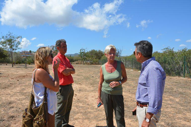 El alcalde junto a las ediles Doris Courcelles y Kika Mata