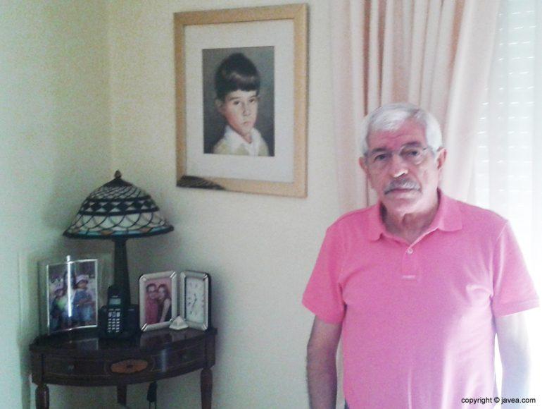 Enrique Bas junto al cuadro de su hijo