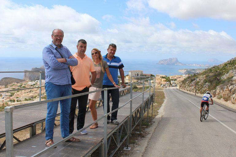 Josep Femenia y sus concejales sobre la grada de la línea de meta