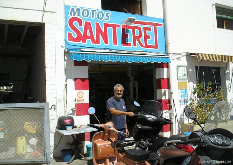 Juan Devesa en su taller de motos.