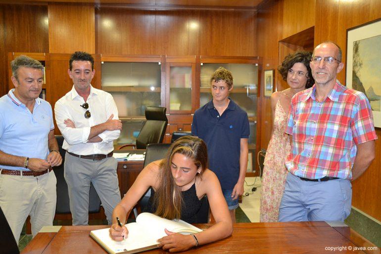 Julia Miñana firmando en el libro de honor