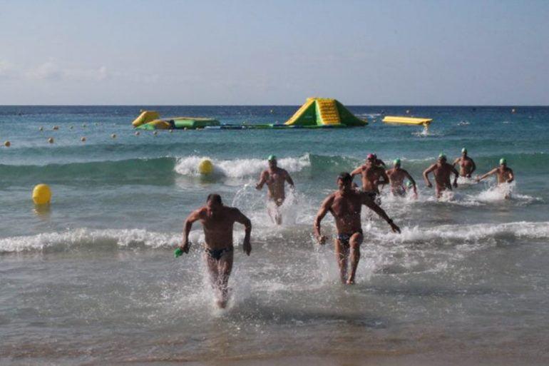 Participantes saliendo del agua