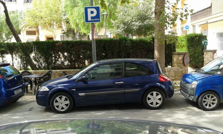 Vehículo mal aparcado