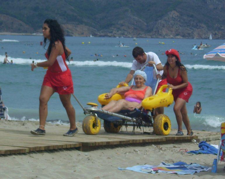 Voluntarios de Cruz Roja prestando el servicio de baño adaptado