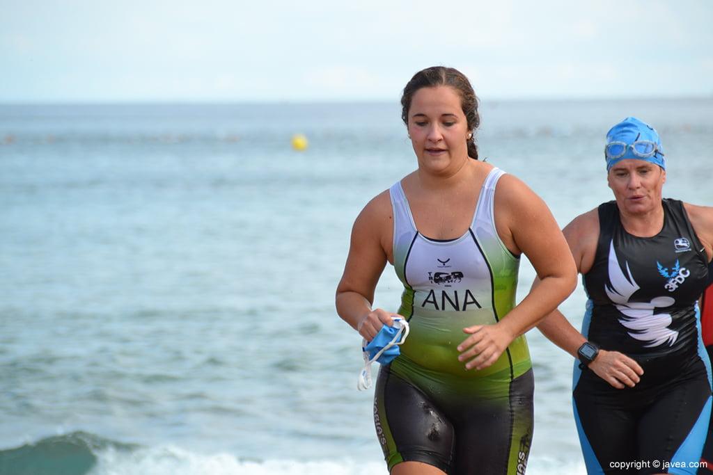 Ana Bisquert saliendo del mar