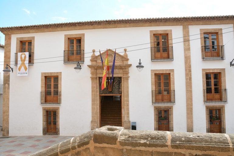 Ayuntamiento de Jávea con lazo dorado