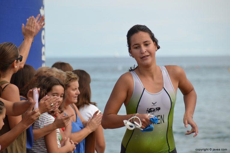 Carmen Bolufer saliendo del mar