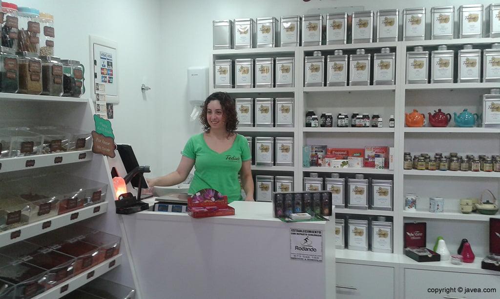 Cristina Bou en su puesto del Mercado Municipal