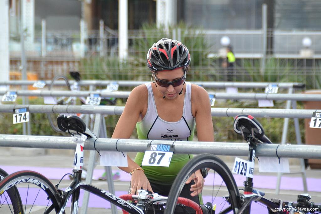 Irene Bolufer cogiendo su bicicleta