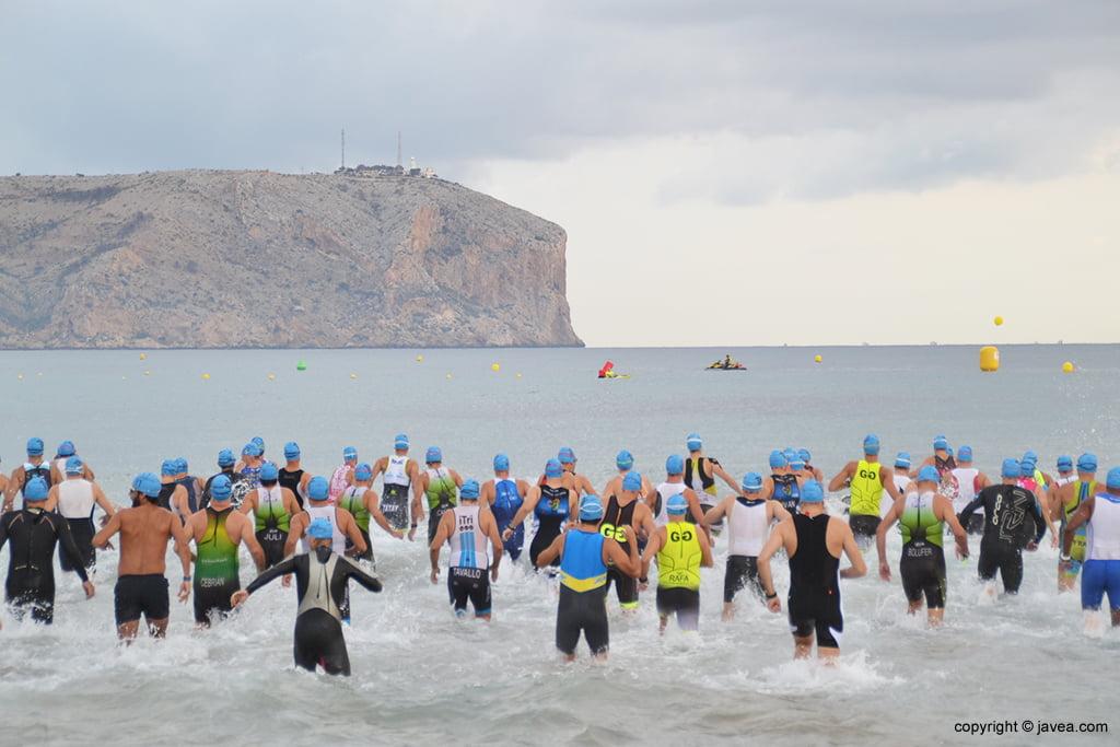 Nadadores en el agua
