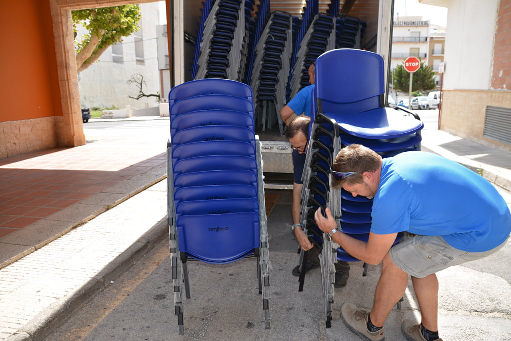 Operarios descargando las sillas