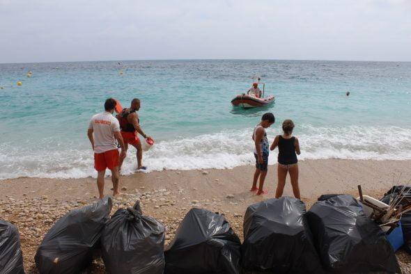 Restos de suciedad en las playas de Poble Nou