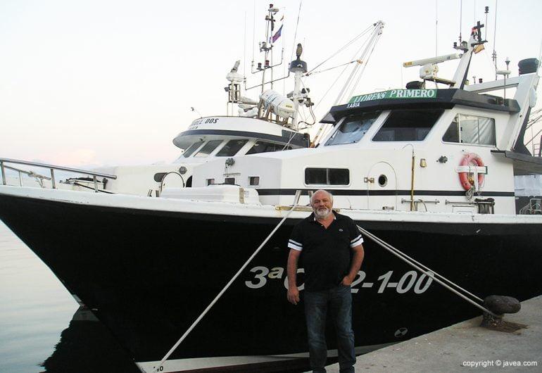 """José Serrat """"Tomaca"""" junto a su barca"""