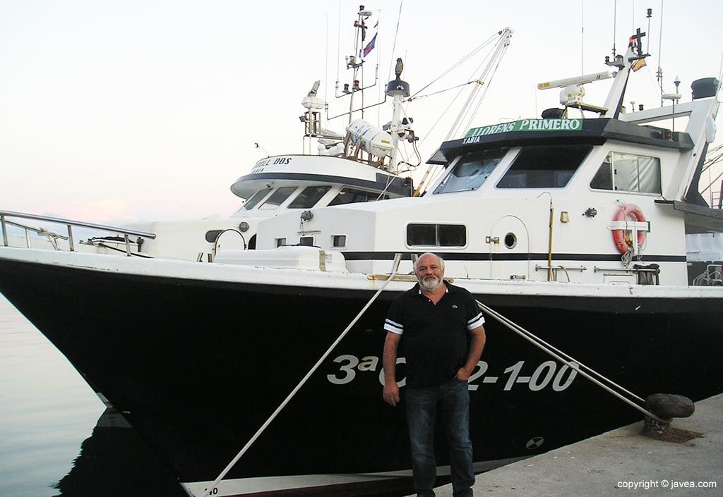 José Serrat «Tomaca» junto a su barca