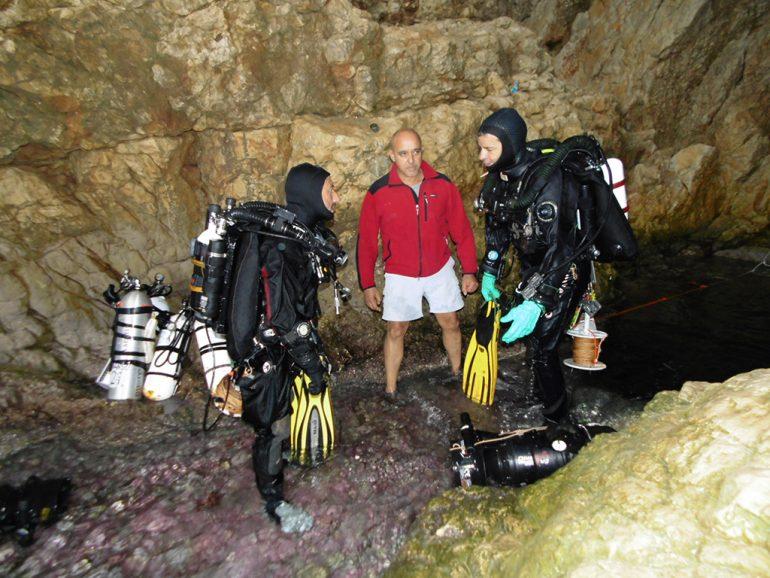 Trabajos en la Cova del Moraig