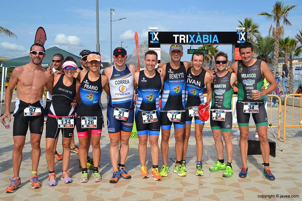 Triatletas de diversos equipos