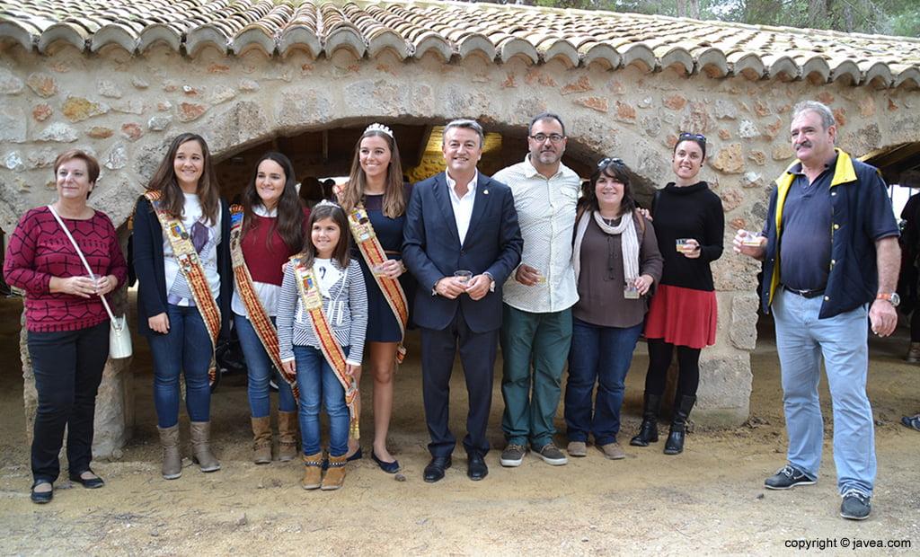 Alcalde junto a concejales, Elena Roig y reinas de Fogueres