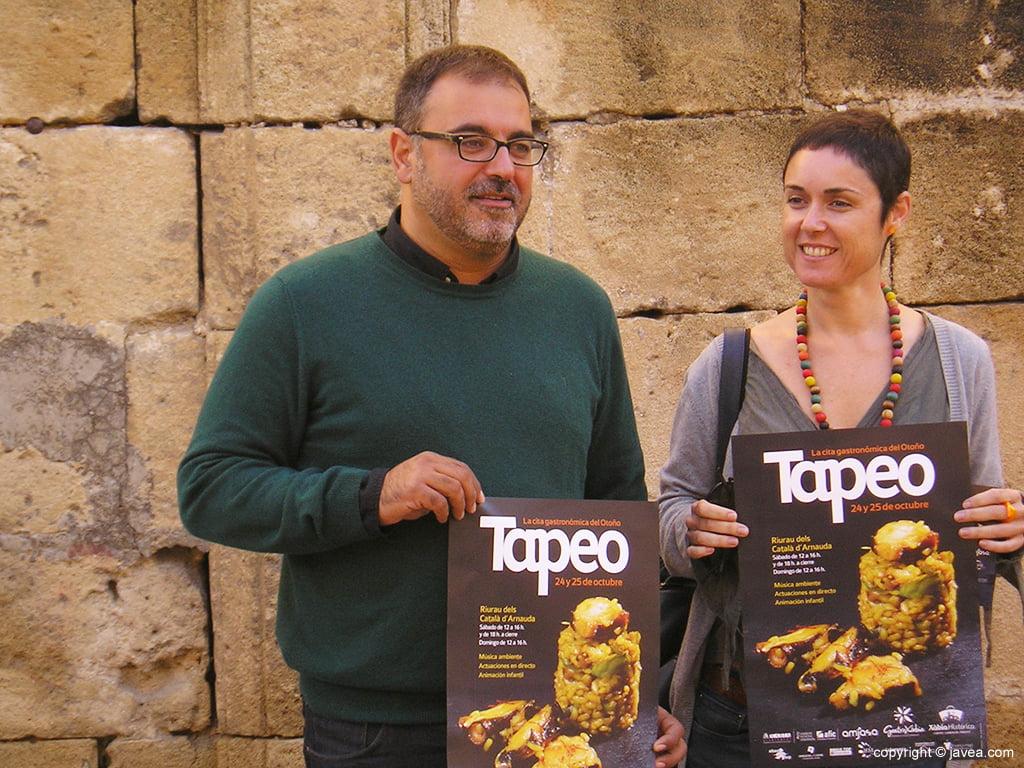 Camprubi y Roig con los carteles de la Jornada del Tapeo