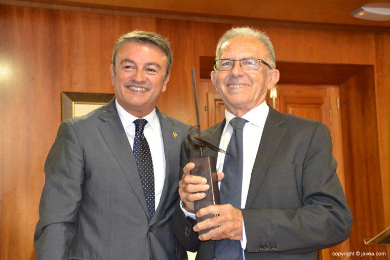 Chulvi con Antonio Catalá y el premio