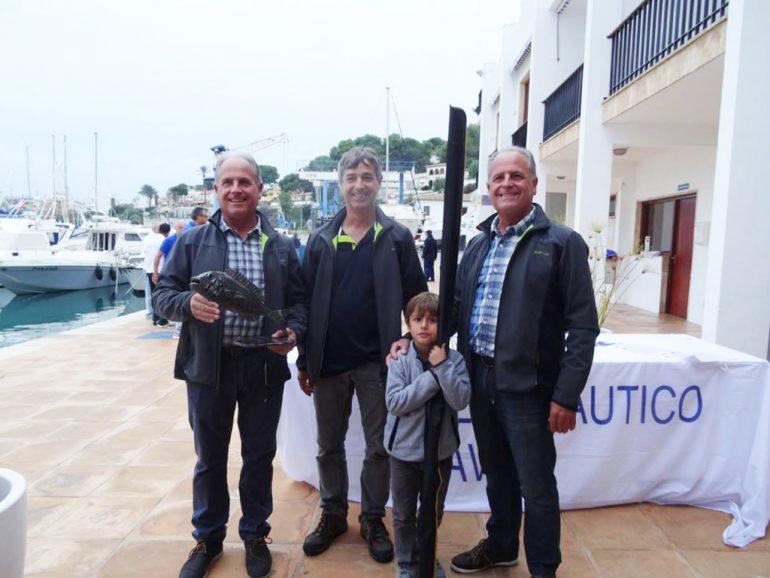 José Sivera con el trofeo Dentón del año