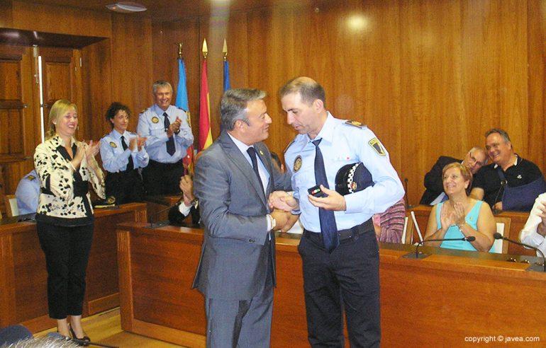 Chulvi felicitando a Mariano Armero