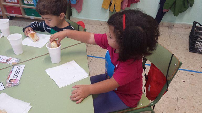 Niños degustando un almuerzo