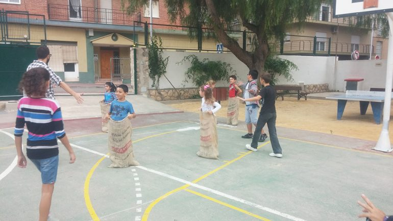 Niños jugando a la carrera de sacos