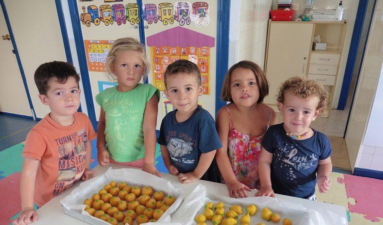alumnos en el taller de cocina del colegio Port de Xàbia