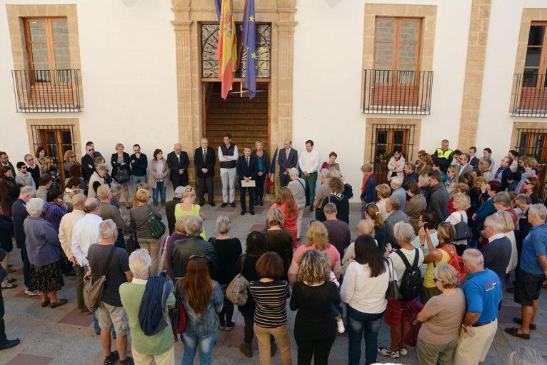 Concentración silenciosa ante el ayuntamiento de Xàbia