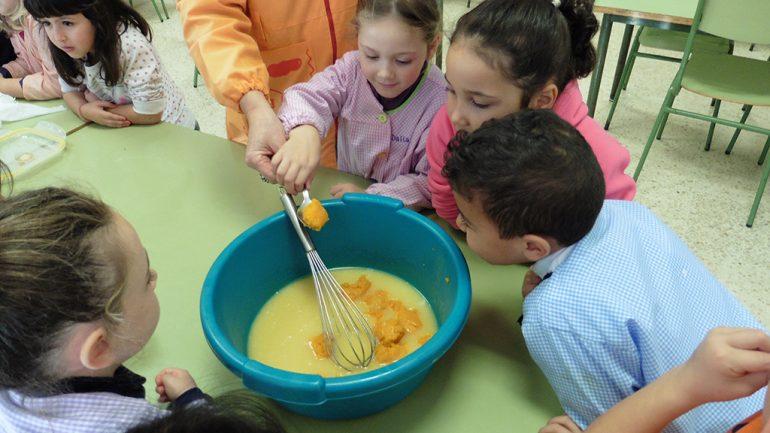 Escolares haciendo la coca de calabaza
