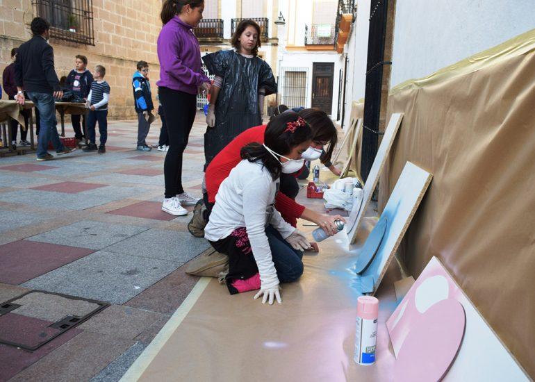 Escolares pintando las señales de Camins Escolars
