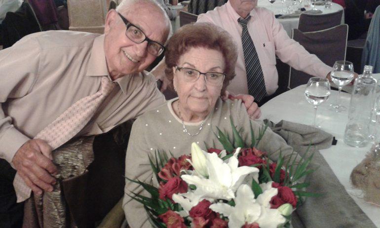 Joaquina Cardona con su ramo de flores