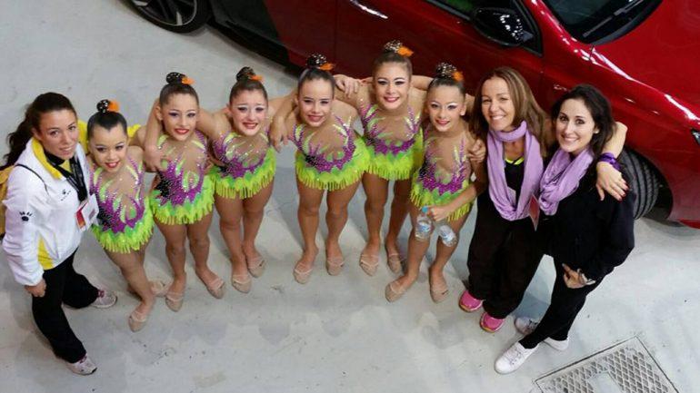 Las entrenadoras con sus chicas infantiles del CGR Xàbia