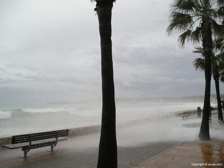 Las olas sobre la Avd. Marina Española