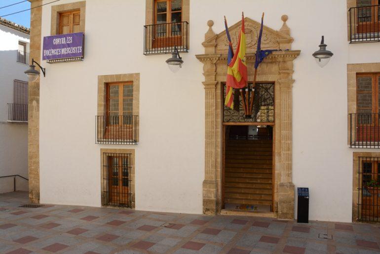 Pancarta contra la violencia de género en el ayuntamiento de Xàbia