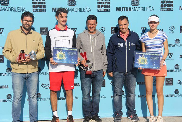Alberto Berasategui junto a los campeones