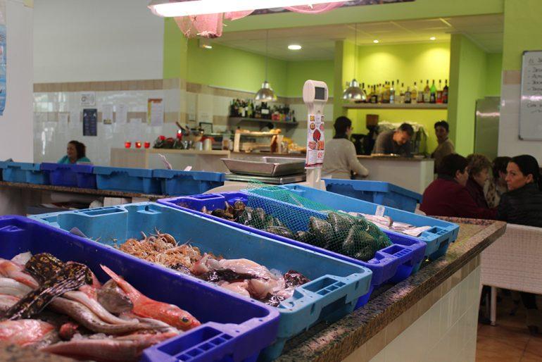 Bar y pescadería en el mercat de Benitatxell