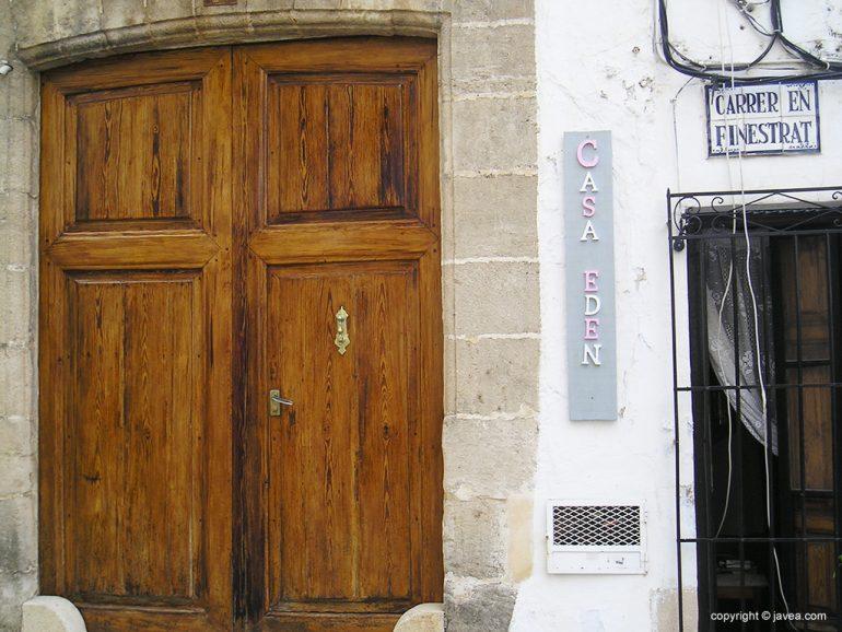 Puerta de acceso a Casa Edén en Xàbia